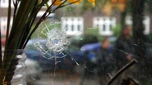 Nachrichten aus Deutschland – Einschussloch in einer Fensterscheibe
