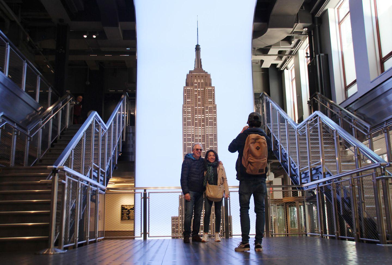 Der neueEingangsbereich des Empire State Building: Besucher fotografieren sich vor einem Modell des Gebäudes im Untergeschoss.