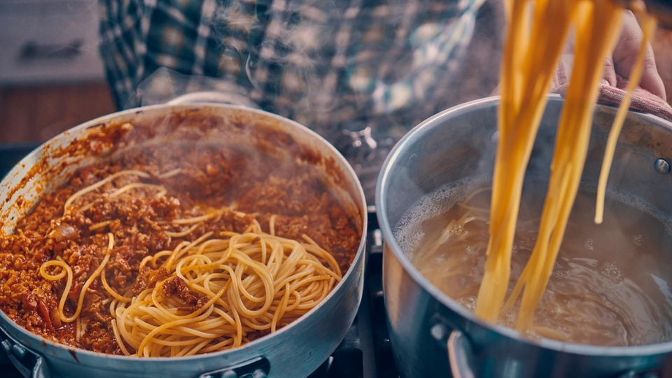 Nudeln abschrecken: Ein Topf mit Spaghetti steht auf einem Herd