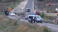 Polizisten kontrollieren an einer Baustelle auf der Bundesstraße 91 zwischen Deuben und Werschen ein Taxi