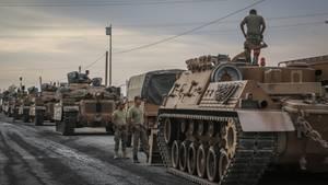 Soldaten und die Militärfahrzeuge stehen in der türkischen Stadt Akcakale