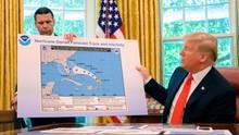 Kevin McAleenan und Donald Trump mit einer Hurrikan-Warnkarte