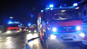 Feuerwehrleute auf dem Weg zu einem nächtlichen Einsatz (Symbolbild)