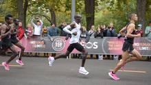 Begleitet von mehreren Tempomachern liefEliud Kipchoge den Marathon unter zwei Stunden