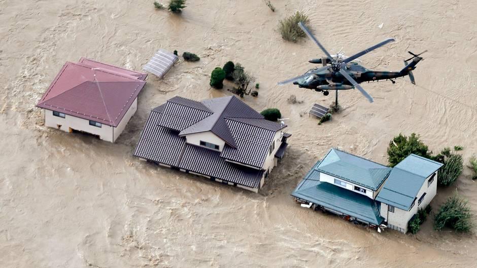 Japan, Nagano: Ein Hubschrauber vom fliegt über ein überschwemmtes Wohngebiet