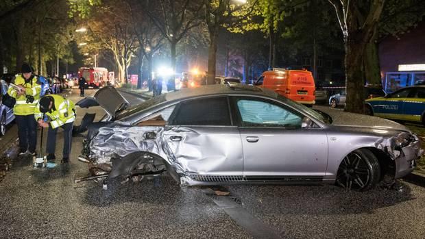 Hamburg: Ein zerstörtes Auto steht nach einem Verkehrsunfall quer auf der Straße.