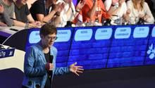 Annegret Kramp-Karrenbauer (CDU, l), Verteidigungsministerin, spricht beim Deutschlandtag der Jungen Union