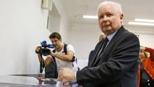 Jaroslaw Kaczynski, Chef der Partei Recht und Gerechtigkeit (PiS) gibt seine Stimme ab