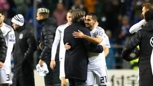 Joachim Löw umarmt den zweifachen Torschützen Ilkay Gündogan nach dem Sieg gegen Estland
