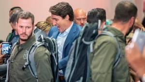 Sicherheitsleute bewachen Justin Trudeau, Premierminister von Kanada, während er zu einer Wahlkampfveranstaltung geht