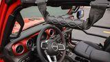 Beim Entern des hochbeinigen Fahrzeugs helfen die Griffe