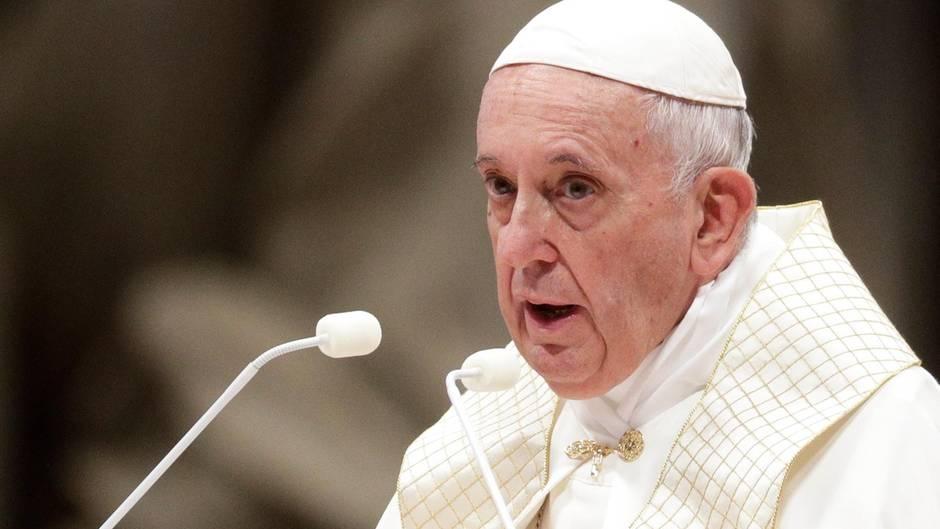 Papst Franziskus hält eine Rede in der Peterskirche