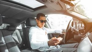 Ein junger Mann am Steuer seines Autos