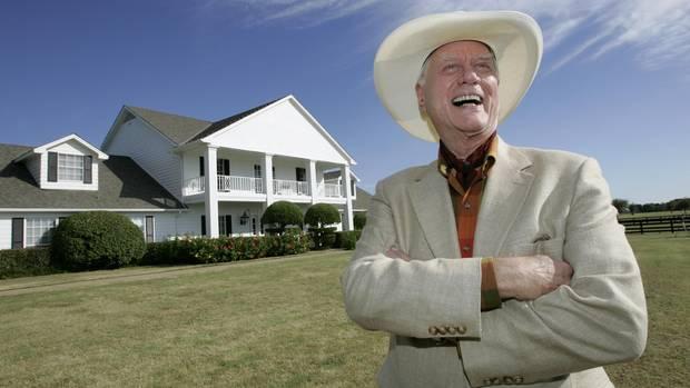 Schauspieler Larry Hagman vor der Southfork Ranch