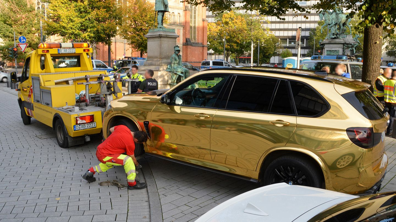 Nordrhein-Westfalen, Düsseldorf: Ein goldener SUV wird nahe der Königsallee abgeschleppt