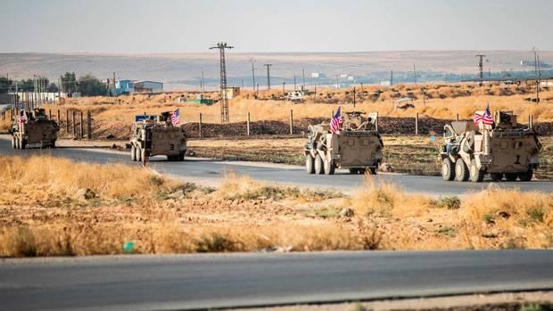 US-Militärfahrzeuge patrouillieren in der syrischen Al-Hasaka-Provinz im Nordosten Syriens