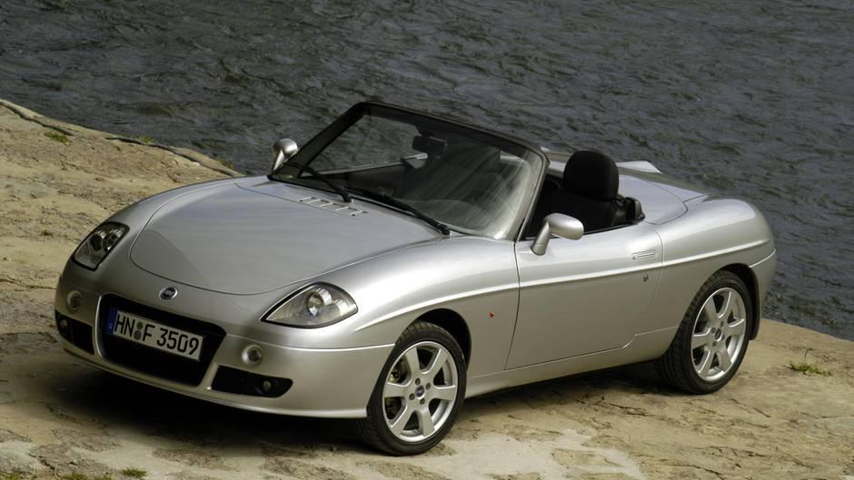 """Fiat Barchetta  Die italienische Antwort auf den Mazda MX-5. Ausgerechnet Japaner wilderten Anfang der neunziger Jahre in den angestammten Gefilden italienischer Autobauer und präsentierten mit dem MX-5 einen waschechten Roadster, der bis heute gepflegt wird und dessen ersten Baujahre zweifellos schon zu den """"Classic Cars"""" gehören. 1995 antwortet Fiat mit dem Barchetta. Die Linien des klassischen Zweisitzers sind auch heute noch modern. Kein Wunder, stammt das Design doch aus der Feder von Andreas Zapatinas, dem Schöpfer des legendären BMW Z8. Leider entsprichtdas schöne Äußere nicht den inneren Werten. Unzuverlässige Motoren, defekte Anlasser schlechte Verarbeitung des Verdecks, Wasser im Kofferraum. Gebrauchte Barchettas gibt es heute schon für 1800Euro und weniger, doch Finger weg von diesenvor 2000gebauten Modellen mit ihren Kinderkrankheiten.Der Barchetta ist ein schickerSchönwetterroadster, der viel mehr Spaß macht als so manchmodernerNachfolger. Modelle ab Baujahr 2001 werden für rund 4000 Euro angeboten."""