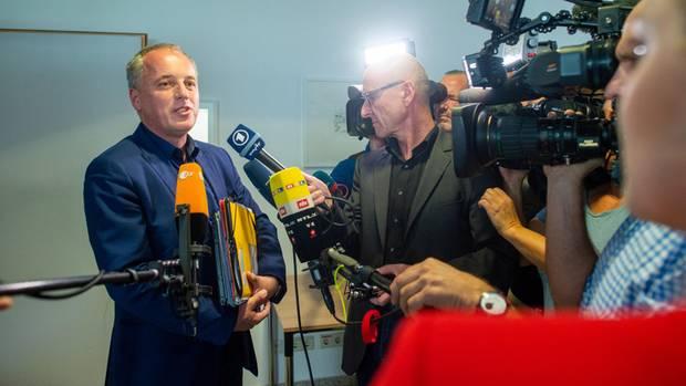 Rüdiger Erben (SPD) gibt im Landtag Medienvertretern ein Interview