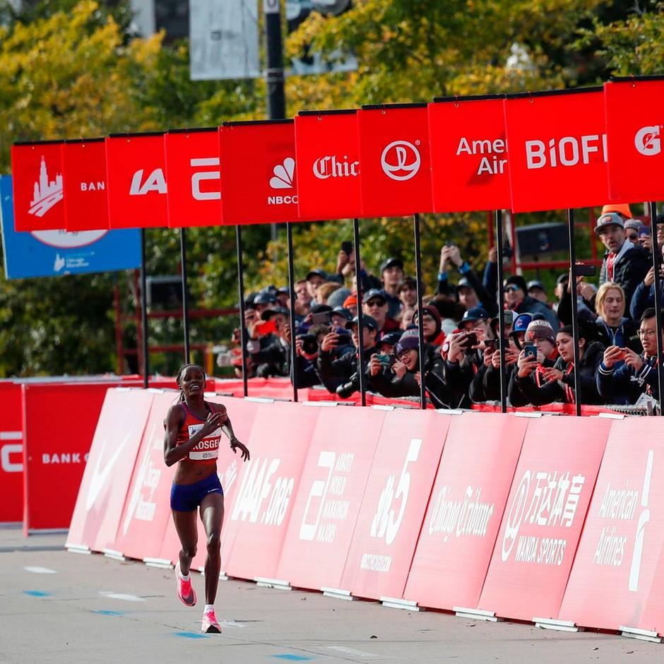 Sport kompakt: 2:14:04 Stunden – Kenianerin Kosgei knackt Marathon-Weltrekord in Chicago