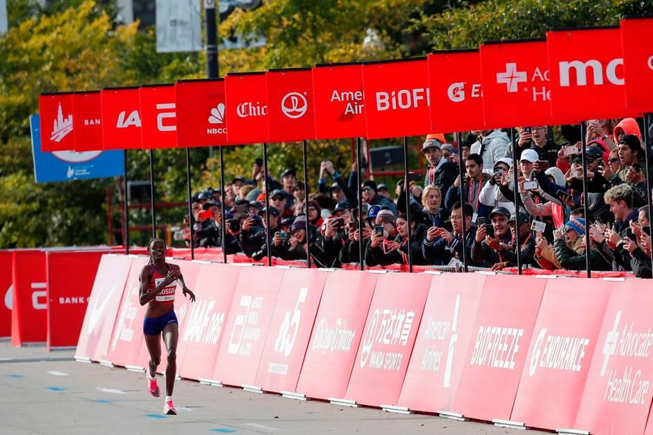 Sport kompakt: Nach 2:14:04 Stunden läuft Brigid Kosgei ins Ziel des Chicago Marathon