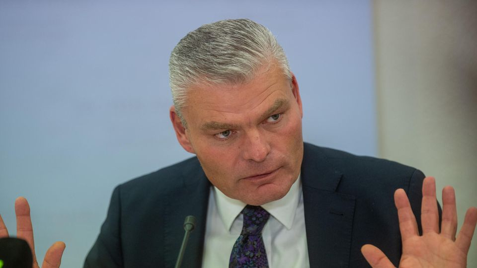 Holger Stahlknecht (CDU), Innenminister des Landes Sachsen-Anhalt, spricht auf einer Pressekonferenz