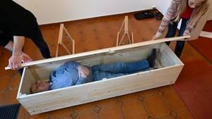 In diesem Seminar bauen die Teilnehmer einen Sarg selbst