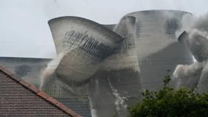 Knottingley, Vereinigtes Königreich. Vier mal Bumm. Dann brachen die vierKühltürme des Kraftwerks Ferrybridge C in sich zusammen. Das Kohlekraftwerk aus dem Jahr 1996 wurde 2016 geschlossen und beschäftigte zu seiner Blütezeit 900 Mitarbeiter. Es deckte den Strombedarf von rund zwei Millionen Menschen, hielt jedoch die europäischen Emissionsvorschriften nicht mehr ein. Nun wird es abgerissen, der Rückbau gilt als Symbol füreinekohlenstoffarmeZukunft in Großbritannien.