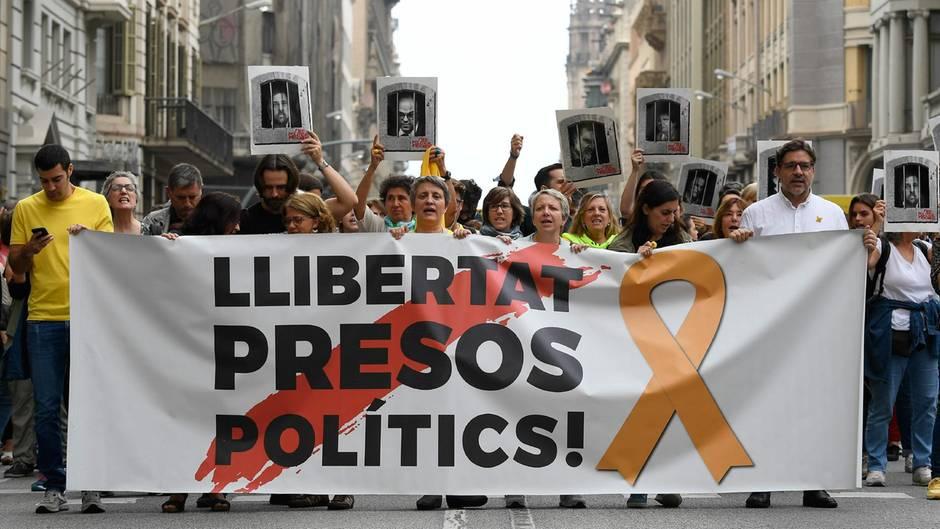 Demonstranten fordern am 14. Oktober bei einer Kundgebung in Barcelona Freiheit für die politischen Gefangenen.