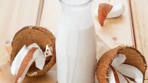 Kokosnüsse und Kokosmilch
