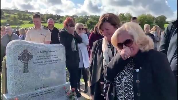 Ein Ire lässt auf seiner Trauerfeier noch von sich hören.
