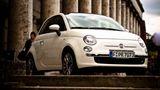 """Fiat 500  Knutschkugelalarm!Volkswagenhätte sich für seinen Retro-Käfer wohl auch gern so viel Erfolg gewünscht. Mit dem neuen 500er ließ Fiat das italienische Kultauto gut 30 Jahre nach seinem Produktionsende neu auferstehen und verkündet seither Jahr um Jahr Absatzrekorde.Mittlerweile gibt es zahlreiche Varianten, doch die erste Version des 2007 reanimierten Stadtflitzers ist mit der optischenNähe zum Original auf gutem Weg zum Klassiker. Wer später einmal seinen 500 mit Verbrennungsmotor in den Ruhestand schicken will, kann gleich auf den """"500-Electrric"""" umsteigen. Ein entsprechendes Modell hat Fiat bereits angekündigt."""
