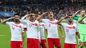 Wieder zeigen einige türkische Nationalspieler mit dem militärischen Gruß ihre Solidarität mit der türkischen Armee
