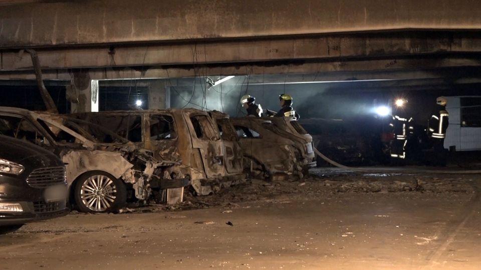 Verbrannte Autos stehen in einem Parkhaus am Flughafen Münster Osnabrück