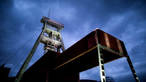 Der Förderturm der Zeche Prosper-Haniel wird bei blauer Stunde angestrahlt.