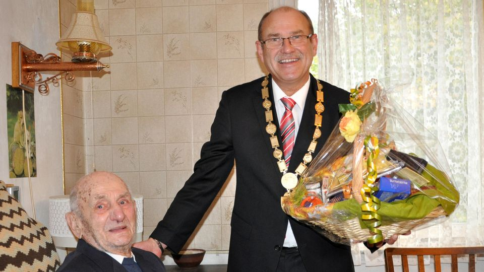 Zum 110. Geburtstag gab's für Gustav Gerneth (l.) bereits Blumen vom Bürgermeister (r.)
