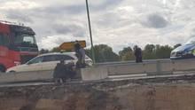 Der Attentäter Stephan B. liegt hinter einer Beton-Sperre auf dem Bauch. Zwei Polizisten, einer in Zivil, fixieren ihn am Boden