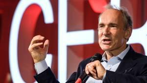 Der britische Physiker Tim Berners-Lee gilt als Mitbegründer des Internet. Er hatteim März 1989 einen Vorschlag für sein Datenaustauschsystem World Wide Web (WWW) präsentiert. Hintergrund war der Wunsch, den Datenaustausch unter Forschern zu vereinfachen.