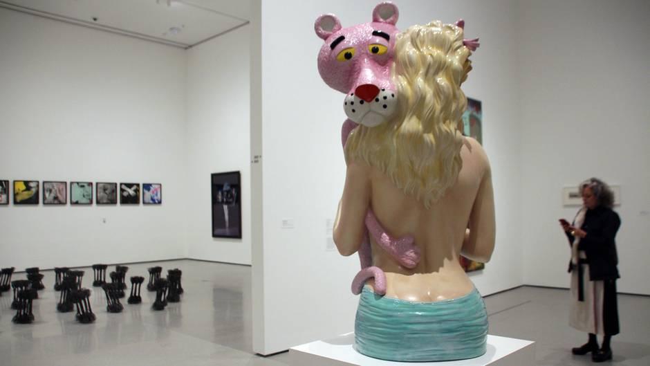"""Die Skulptur """"Pink Panther"""" von Jeff Koons steht im Museum of Modern Art"""