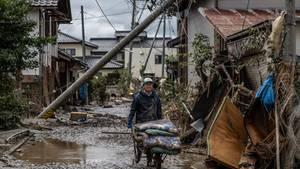 Ein Mann bei Aufräumarbeiten in Hoyasu in der Nähe von Nagano