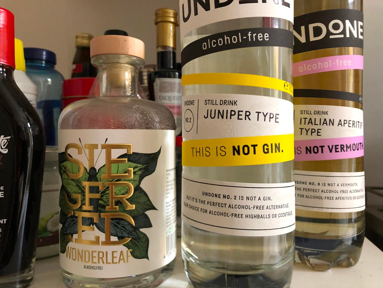 """Links der alkoholfreie Wonderleaf vin den """"Siegfried Gin""""-Machern, rechts die neue Marke Undone."""