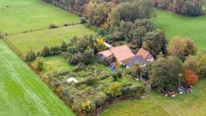 Eine Drohnenaufnahme zeigt den abgelegenen Hof im niederländischen Ruinerwold
