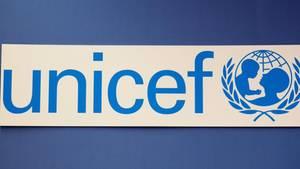 """Auf weißem Hintergrund steht der blaue """"Unicef""""-Schriftzug mit dem Logo daneben"""