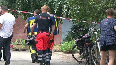 Rettungskräfte betreten ein Grundstück in Neuenkirchen