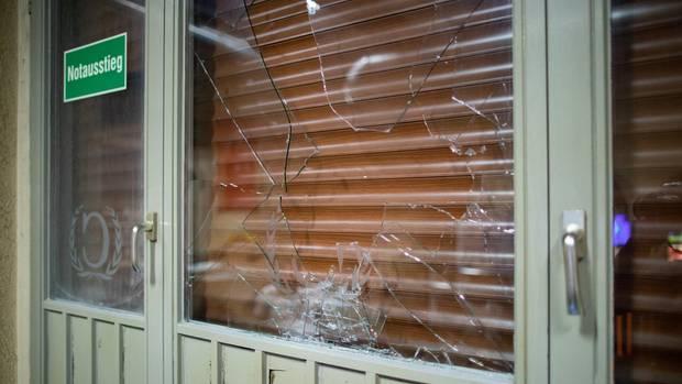 Eine beschädigte Fensterscheibe eines türkischen Cafes in Herne