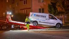 Ein Hermes-Transportwagen wird bei Dunkelheit abtransportiert