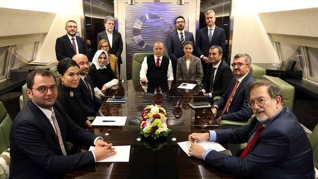 Recep Tayyip Erdogan (m.)in einem Flugzeug mit Journalisten auf dem Rückflug aus Aserbaidschan