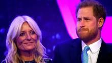 Prinz Harry weint und wird von Moderatorin Gaby Roslin getröstet