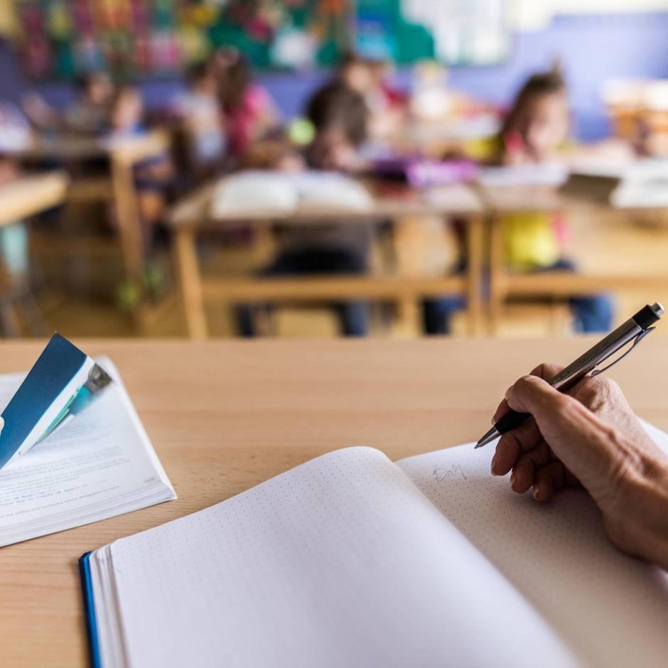 Sie wollte witzig sein: Keine Hausaufgaben? Lehrerin droht jüdischen Schulkindern mit Gaskammer