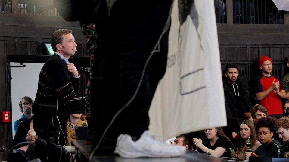 AfD-Mitgründer Bernd Lucke (l.) versucht an der Universität Hamburg seine Antritts-Vorlesung zu halten