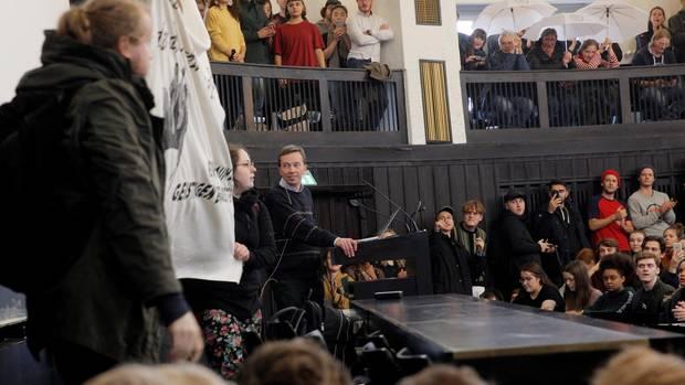 Menschen demonstrieren in einem Hörsaal der Universität Hamburg